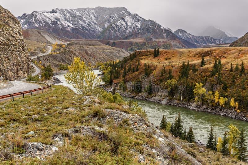 Φθινόπωρο οδικών ποταμών βουνών windin στοκ φωτογραφία με δικαίωμα ελεύθερης χρήσης