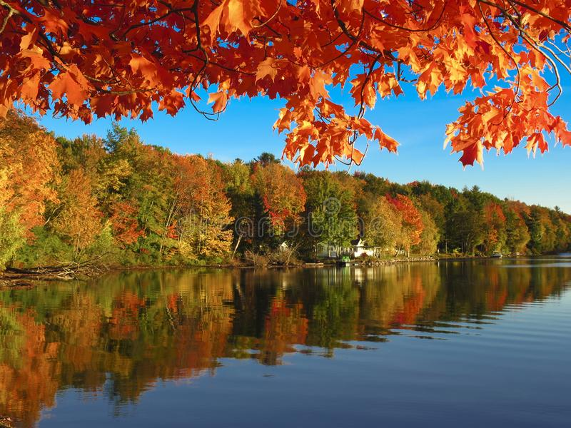 Φθινόπωρο πέρα από Iroquois λιμνών στο Βερμόντ στοκ εικόνες