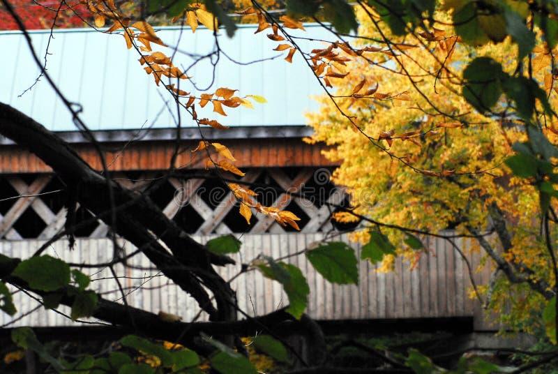 Φθινόπωρο-ΠΤΩΣΗ η καλυμμένη δρόμος γέφυρα μεταξιού σε Bennington Βερμόντ στοκ εικόνα με δικαίωμα ελεύθερης χρήσης