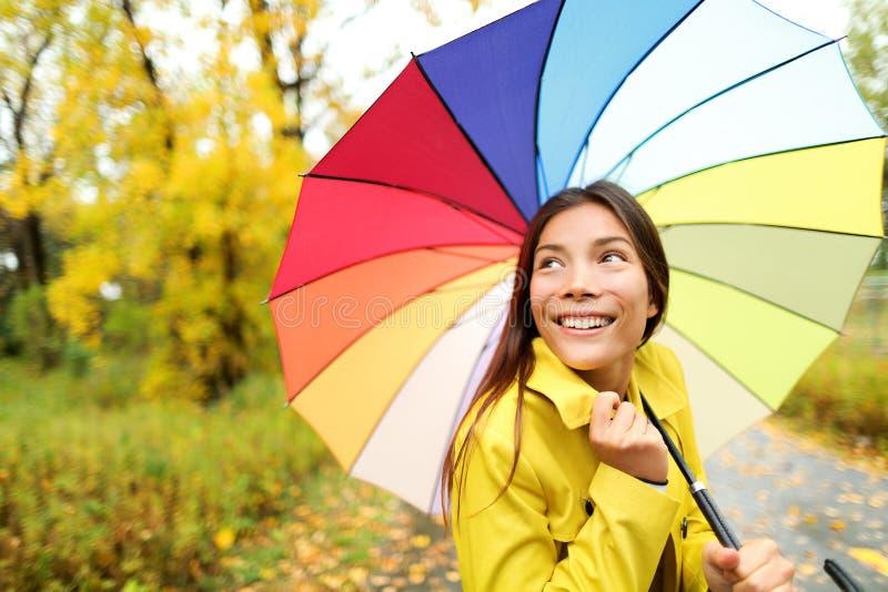 Φθινόπωρο/πτώση - γυναίκα ευχαριστημένη από την ομπρέλα στη βροχή στοκ εικόνα με δικαίωμα ελεύθερης χρήσης