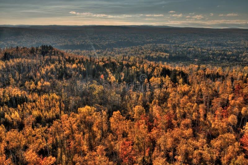 Φθινόπωρο στην αιχμή του Carlton των πριονωτών βουνών σε βόρεια Μινεσότα στη βόρεια ακτή του ανωτέρου λιμνών στοκ φωτογραφία με δικαίωμα ελεύθερης χρήσης