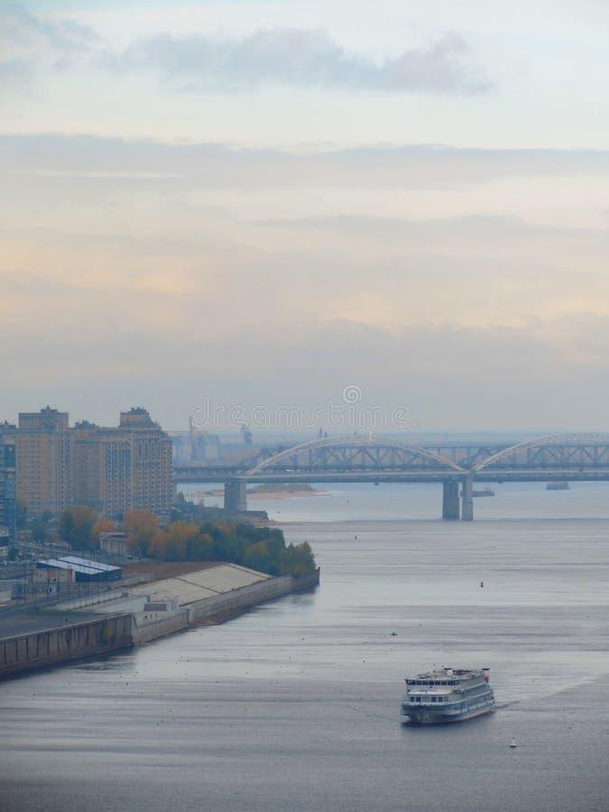 Φθινόπωρο στην ακτή σε Nizhny Novgorod στοκ εικόνα