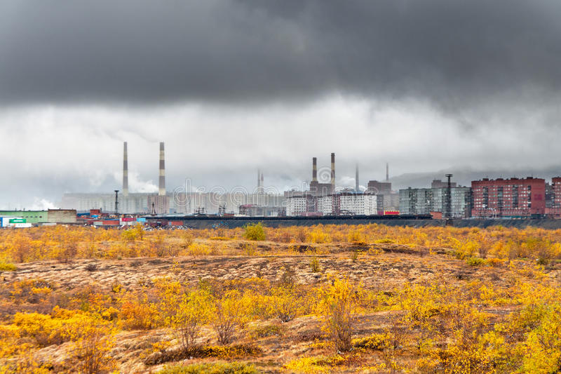 Φθινόπωρο στην πόλη επάνω από τον αρκτικό κύκλο στοκ εικόνες