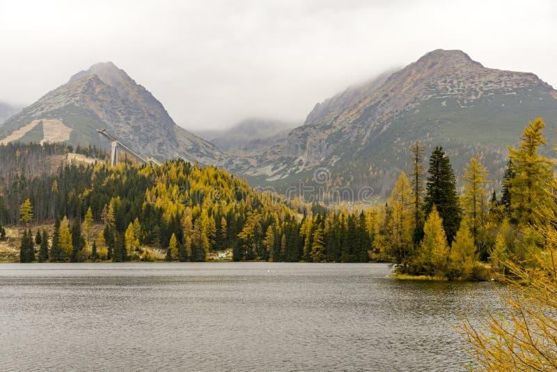 Φθινόπωρο στη λίμνη Strbske Pleso Βουνά Σλοβακία Tatra στοκ φωτογραφίες