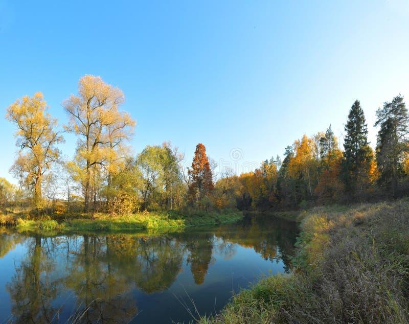 Φθινόπωρο στις όχθεις του ποταμού Istra, Ρωσία, άποψη 3 στοκ εικόνες