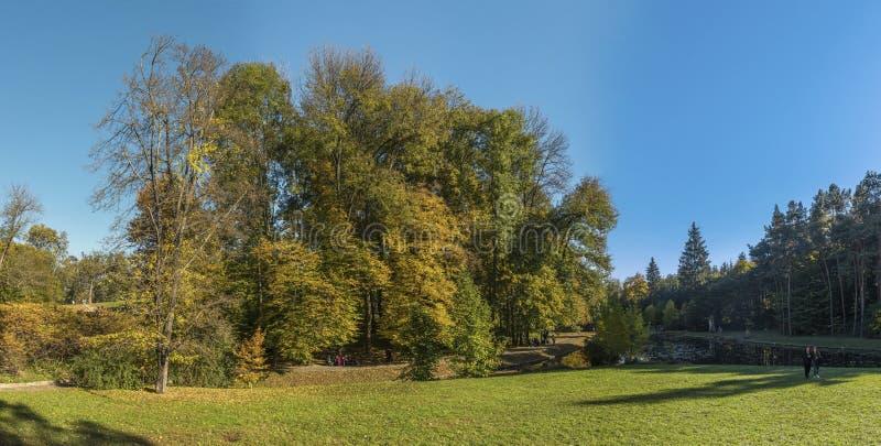 Φθινόπωρο στο πάρκο Sofiyivka σε Uman, Ουκρανία στοκ φωτογραφία