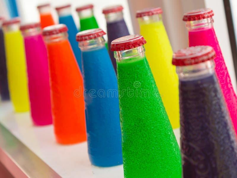 Φθορισμού ζωηρόχρωμα ποτά μπουκαλιών απεριτίφ στοκ εικόνες