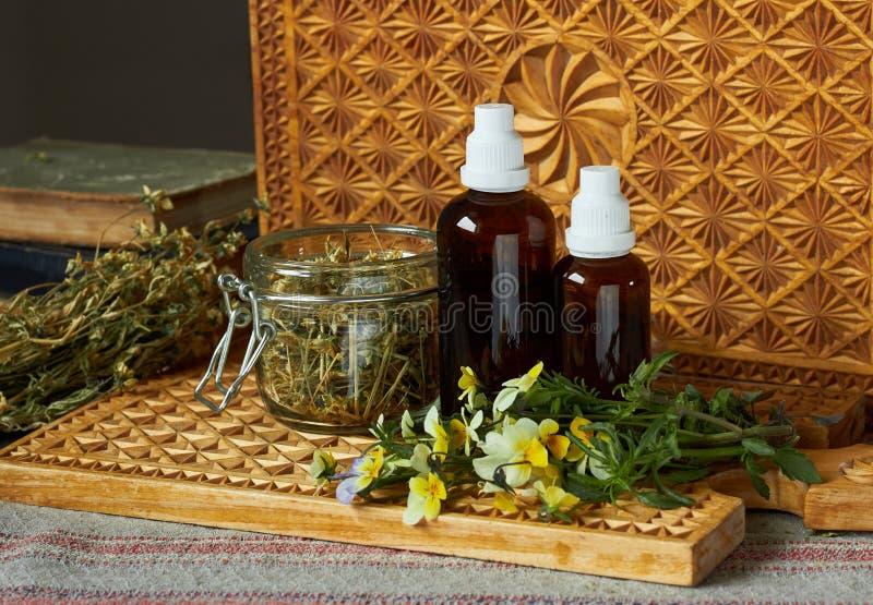 Φιάλες με πίσσα από φυσικό βιολί ή φυτό πανσί στοκ φωτογραφίες με δικαίωμα ελεύθερης χρήσης