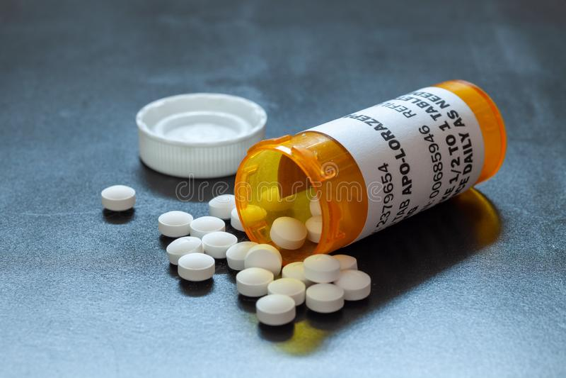 Φιάλη συνταγής µε φωτιζόμενα δισκία Lorezapam Το Lorezapam είναι ένα γενόσημο συνταγογραφούμενο αντιαγχολικό φάρμακο στοκ φωτογραφίες