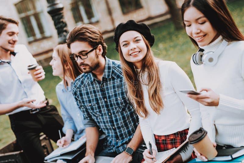 Φιλία μελέτη από κοινού καλή διάθεση Lap-top στοκ εικόνα με δικαίωμα ελεύθερης χρήσης