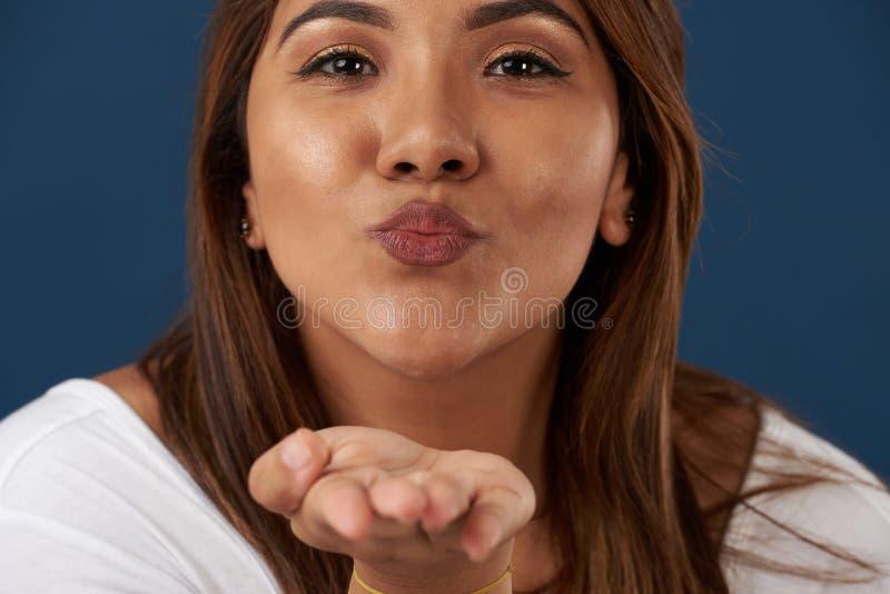 Φιλί χτυπήματος γυναικών στοκ φωτογραφία