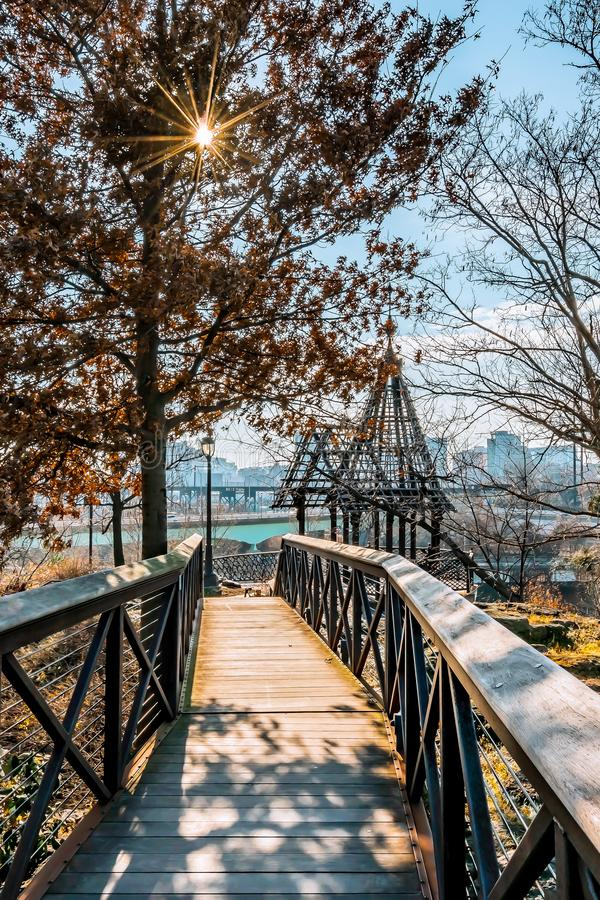 Φιλαδέλφεια, Πενσυλβανία, ΗΠΑ - το Δεκέμβριο του 2018 - γέφυρα στον κήπο εγκαταστάσεων παροχής ύδατος Fairmount, Μουσείο Τέχνης τ στοκ φωτογραφία με δικαίωμα ελεύθερης χρήσης