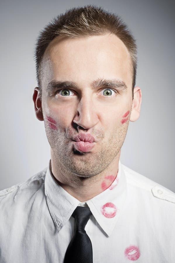Φιλημένος νεαρός άνδρας στοκ εικόνα με δικαίωμα ελεύθερης χρήσης