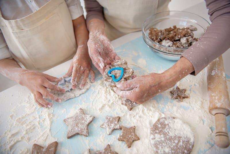 Φιλικά μπισκότα οικογενειακού ψησίματος από κοινού στοκ φωτογραφίες