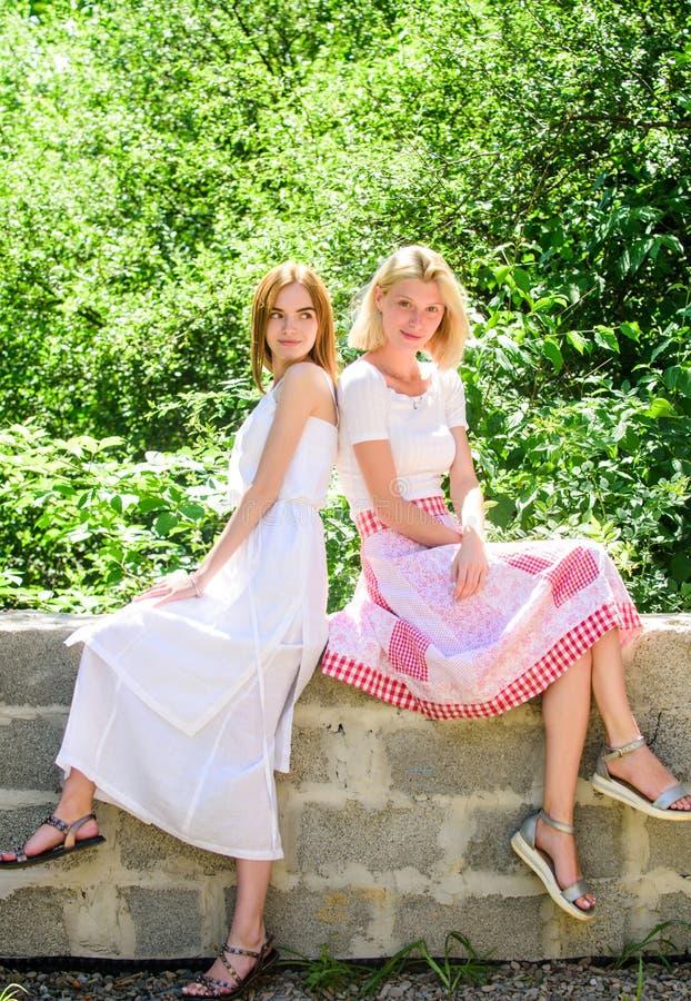 Φιλικές στενές σχέσεις Αποκάλυψη και ειλικρίνεια Αξιόπιστη επικοινωνία φίλων Φίλοι νέοι χωρίς φροντίδα κάνουν παρέα στοκ φωτογραφία