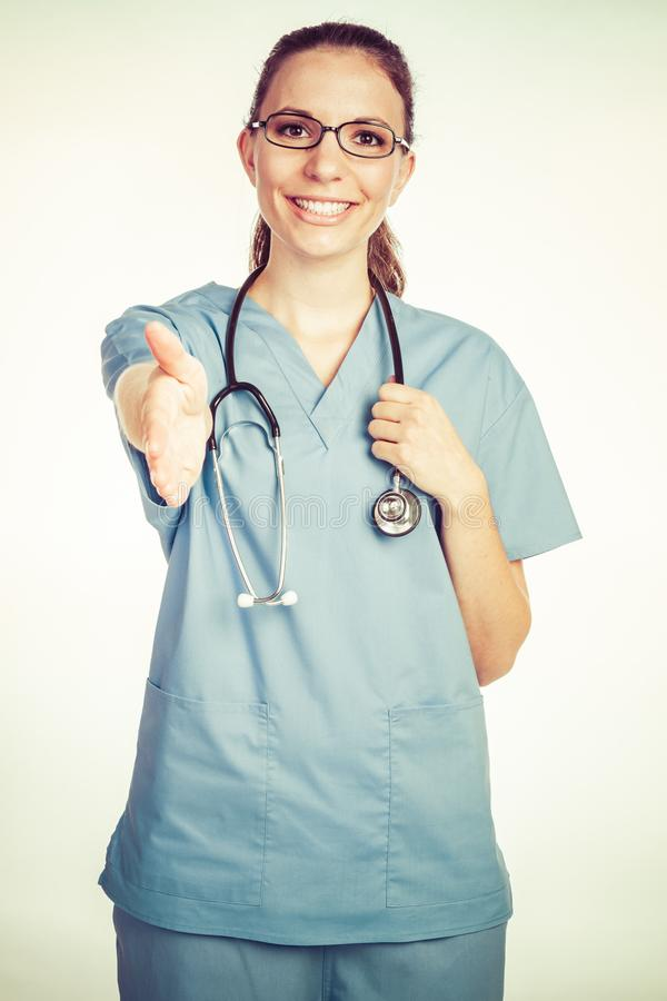 Φιλική νοσοκόμα που φθάνει στο χέρι στοκ εικόνες