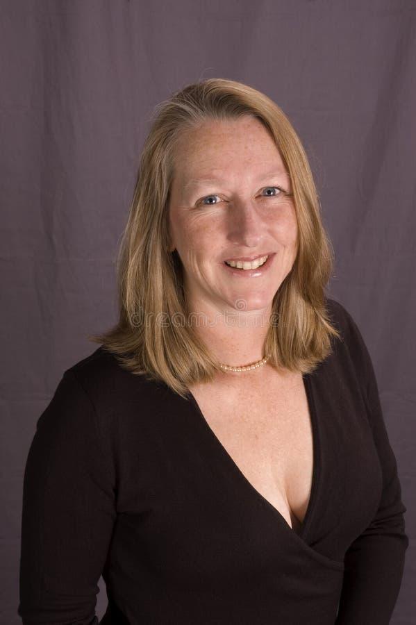Φιλική χαμογελώντας μέσης ηλικίας γυναίκα στοκ φωτογραφία με δικαίωμα ελεύθερης χρήσης
