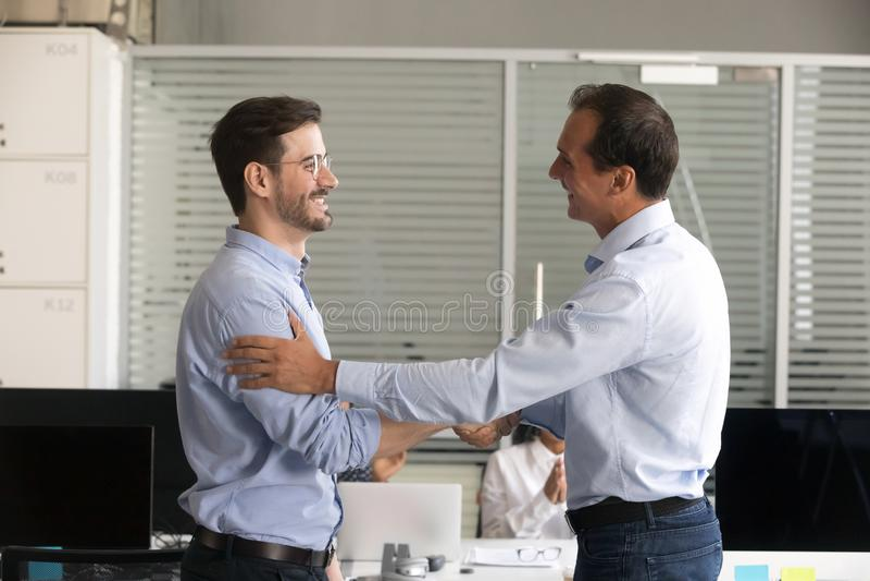 Φιλικοί μέσοι ηλικίας κύριοι άνδρες υπάλληλος χειραψίας στοκ εικόνες με δικαίωμα ελεύθερης χρήσης