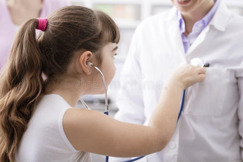 Φιλικό παιχνίδι γιατρών με έναν νέο ασθενή κατά τη διάρκεια μιας επίσκεψης στοκ εικόνα