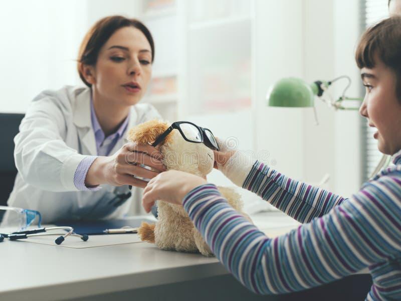 Φιλικό παιχνίδι οφθαλμολόγων με το νέο ασθενή της στοκ φωτογραφία με δικαίωμα ελεύθερης χρήσης