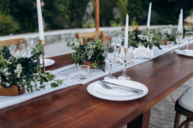 Φιλικό προς το περιβάλλον, γαμήλιο ντεκόρ Ξύλινος πίνακας newlyweds για ένα κόμμα στοκ φωτογραφία με δικαίωμα ελεύθερης χρήσης