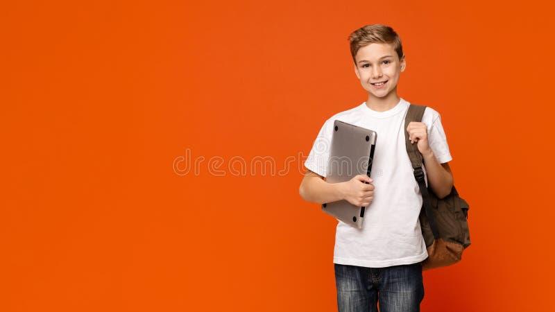 Φιλικό lap-top εκμετάλλευσης μαθητών, που πηγαίνει στο σχολείο με τον υπολογιστή στοκ φωτογραφίες με δικαίωμα ελεύθερης χρήσης