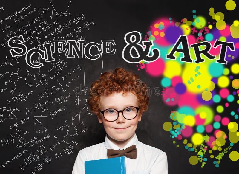 Φιλομαθής μελετητής παιδιών στα γυαλιά στο υπόβαθρο πινάκων με τον τύπο επιστήμης και το σχέδιο τέχνης στοκ εικόνα με δικαίωμα ελεύθερης χρήσης