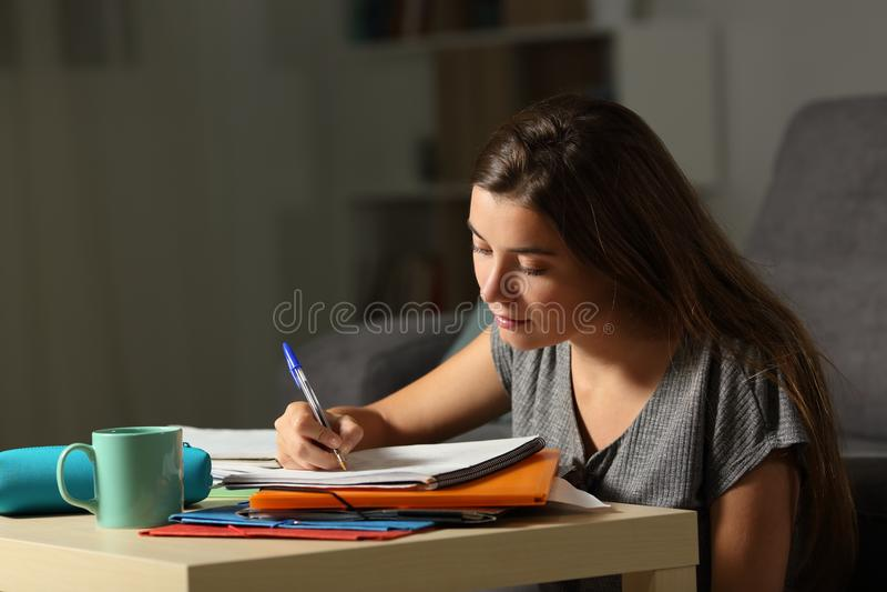 Φιλομαθής σπουδαστής που κάνει την εργασία προχωρημένες ώρες στη νύχτα στοκ εικόνα