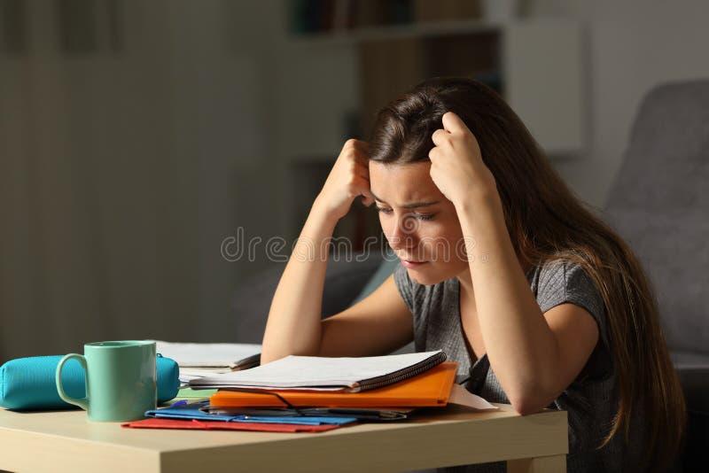 Φιλομαθής σπουδαστής που μελετά σκληρά στη νύχτα στοκ φωτογραφία