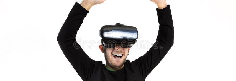 Φιλτραρισμένοι γενειοφόρος ευτυχής νέος συμπαθητικός και σύγχρονος με τα γυαλιά vr που απολαμβάνουν την εικονική πραγματικότητα στοκ εικόνες με δικαίωμα ελεύθερης χρήσης