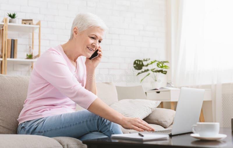 Φιλόδοξο ηλικιωμένο πρόγραμμα γυναικείας διαχείρισης από το σπίτι στοκ εικόνα