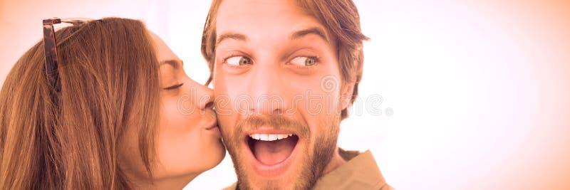 Φιλώντας άνδρας γυναικών με τη γενειάδα στο μάγουλο στοκ φωτογραφία με δικαίωμα ελεύθερης χρήσης