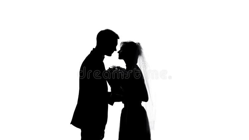 Φιλώντας γαμήλιων ζευγών, ρομαντικοί συναισθήματα και γάμος, τρυφερότητα σχέσεων στοκ φωτογραφίες