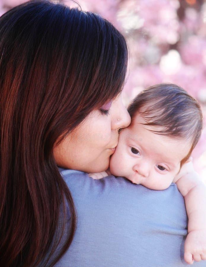 φιλώντας μητέρα μωρών στοκ εικόνα