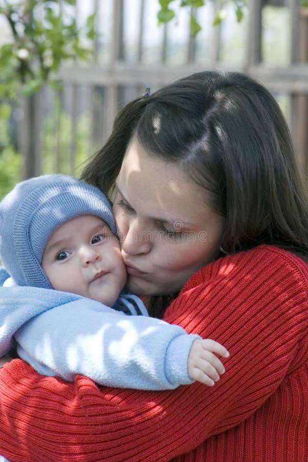 φιλώντας μητέρα μωρών στοκ φωτογραφία
