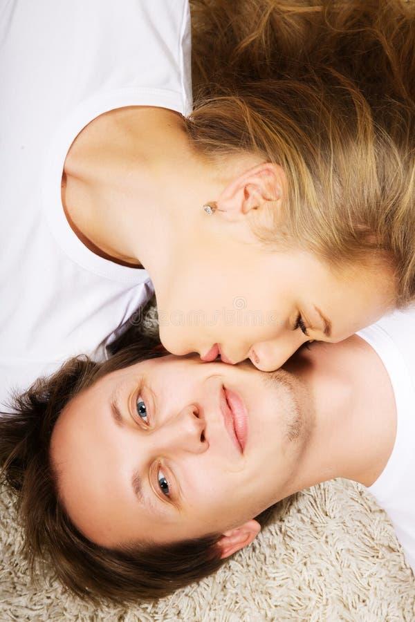 φιλώντας νεολαίες γυνα&i στοκ φωτογραφία