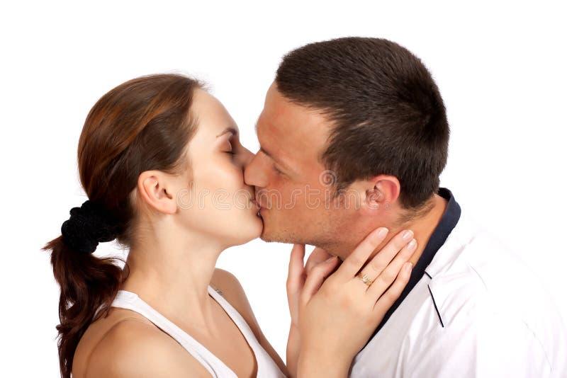 φιλώντας νεολαίες ζευ&gamm στοκ φωτογραφίες