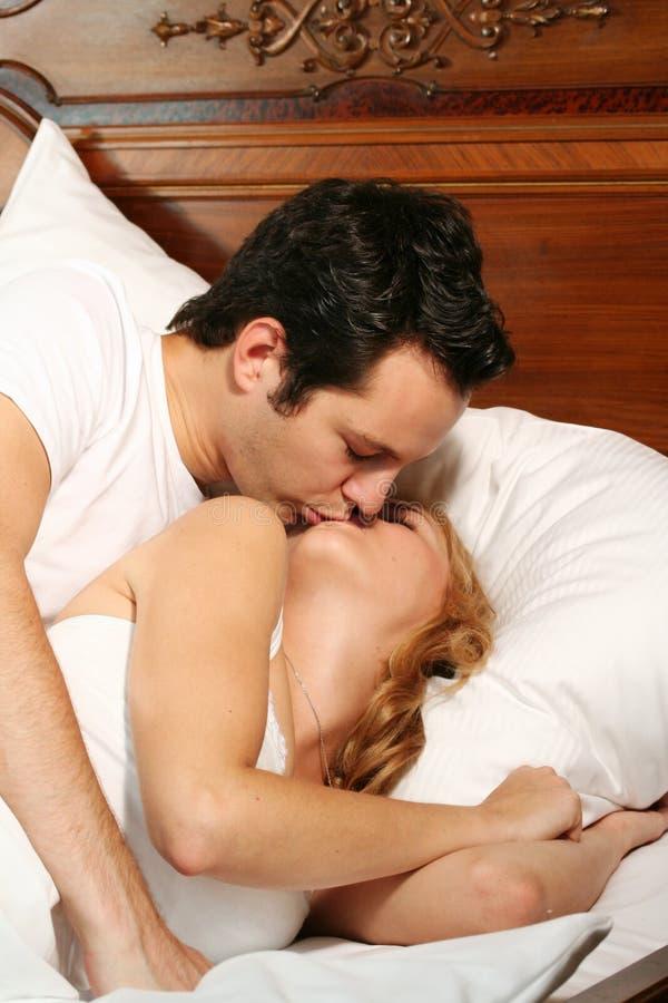 φιλώντας νεολαίες ζευ&gamm στοκ εικόνα