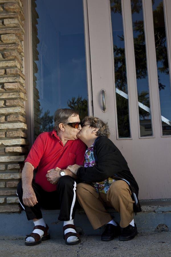 φιλώντας πρεσβύτεροι αγά&pi στοκ εικόνες