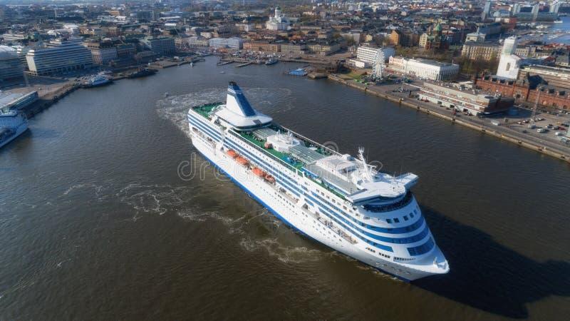 Φινλανδία, Ελσίνκι r Το σκάφος, άσπρο σκάφος της γραμμής επιβατών κρουαζιέρας, αφήνει το λιμένα πόλεων Πανόραμα του κεφαλαίου, άπ στοκ φωτογραφία με δικαίωμα ελεύθερης χρήσης
