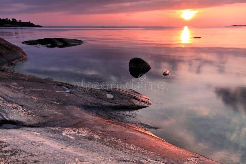 Φινλανδία: Ηλιοβασίλεμα στη νότια ακτή στοκ εικόνα