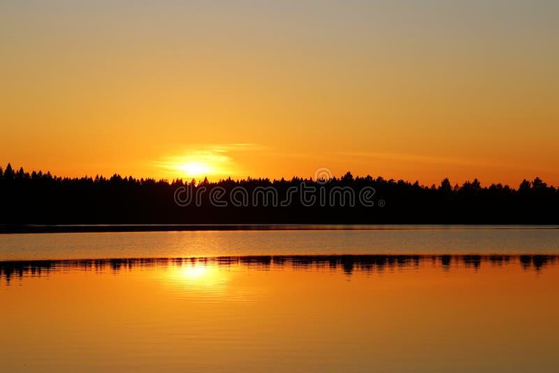 Φινλανδία: Ηλιοβασίλεμα από μια λίμνη στοκ φωτογραφίες με δικαίωμα ελεύθερης χρήσης