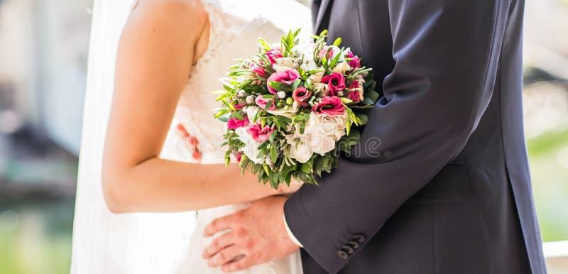 Φιλήστε τη νύφη και το νεόνυμφο στοκ φωτογραφίες με δικαίωμα ελεύθερης χρήσης