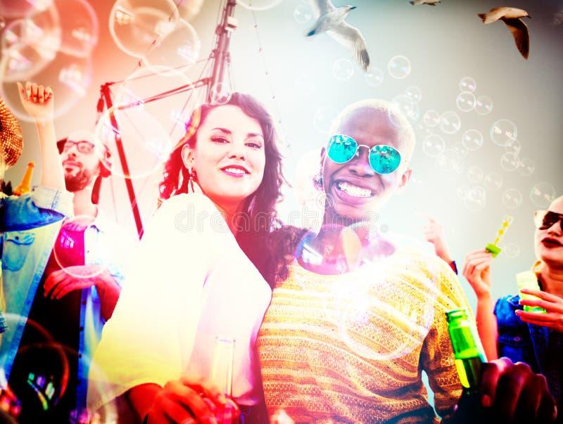 Φιλίας χαρούμενη έννοια ευτυχίας παραλιών χορού συνδέοντας στοκ φωτογραφία