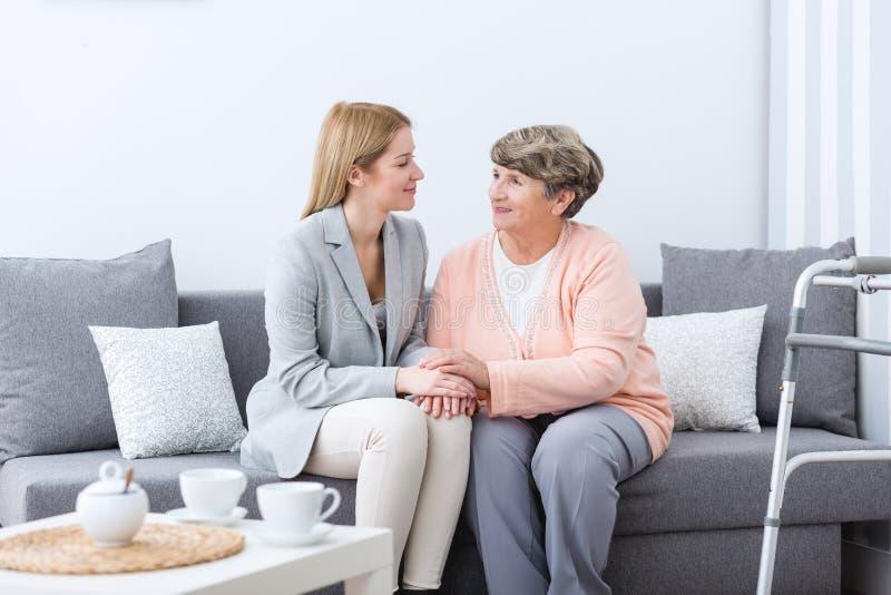 Φιλία μεταξύ της γιαγιάς και της εγγονής στοκ φωτογραφίες με δικαίωμα ελεύθερης χρήσης