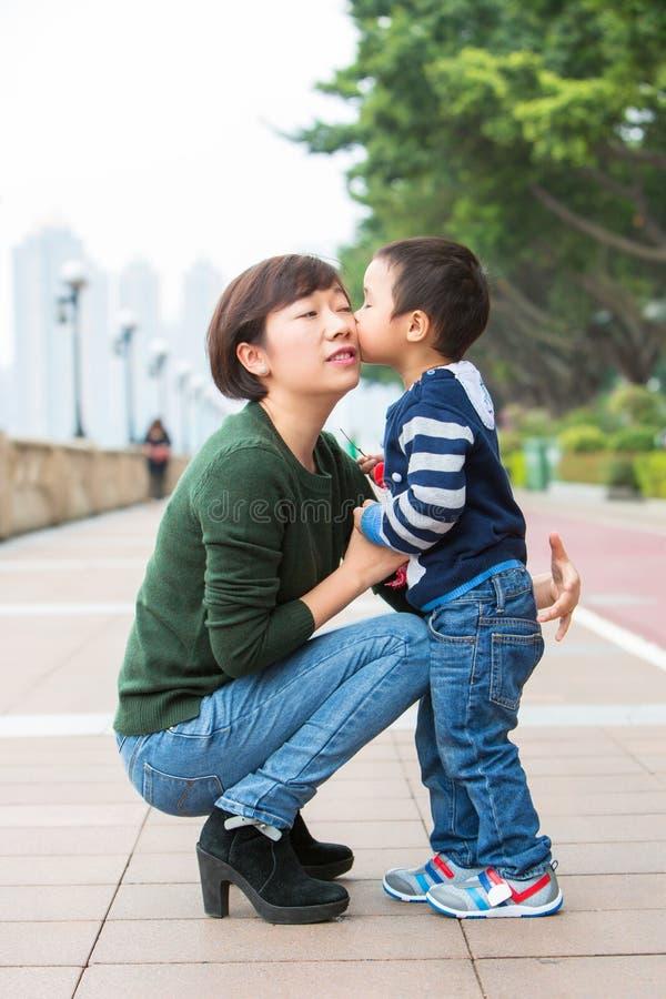 Φιλί αγοράκι η μητέρα του στοκ εικόνες