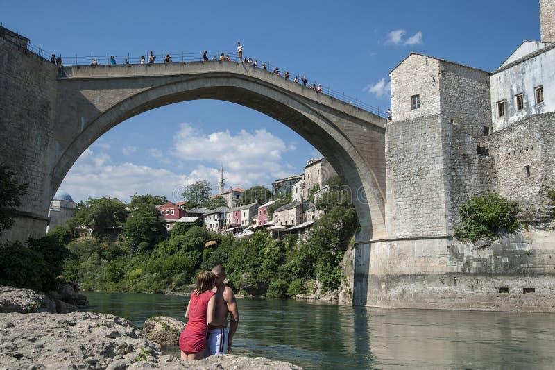 Φιλί κάτω από τη γέφυρα στοκ εικόνα