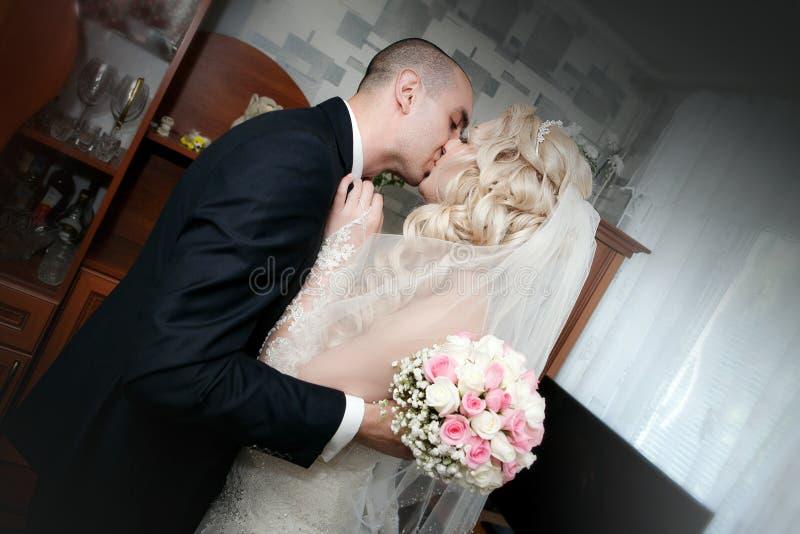 Φιλί του νεόνυμφου και της νύφης στοκ φωτογραφία