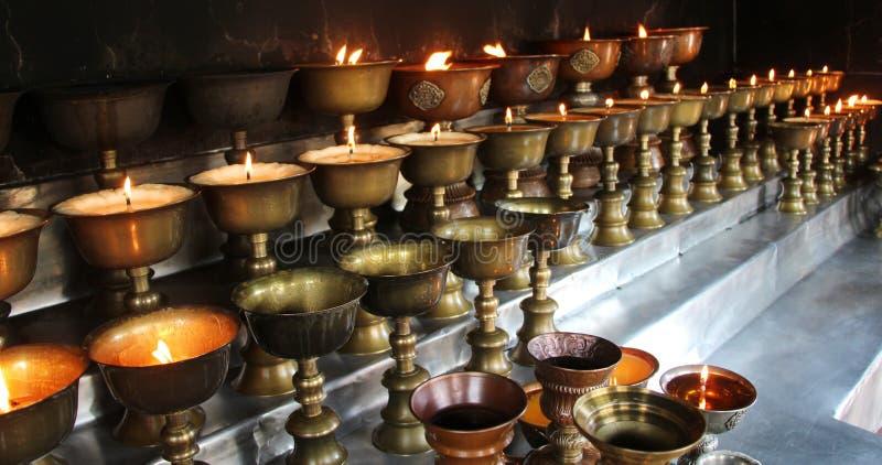 φιλανθρωπία Κεριά επίκλησης σε μια εκκλησία στοκ φωτογραφίες