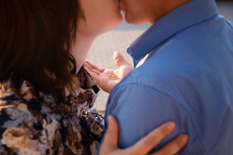 Φιλημένο άτομο κορίτσι, έκπληξη, συγκίνηση, ηλιοβασίλεμα, πρόταση στοκ εικόνες